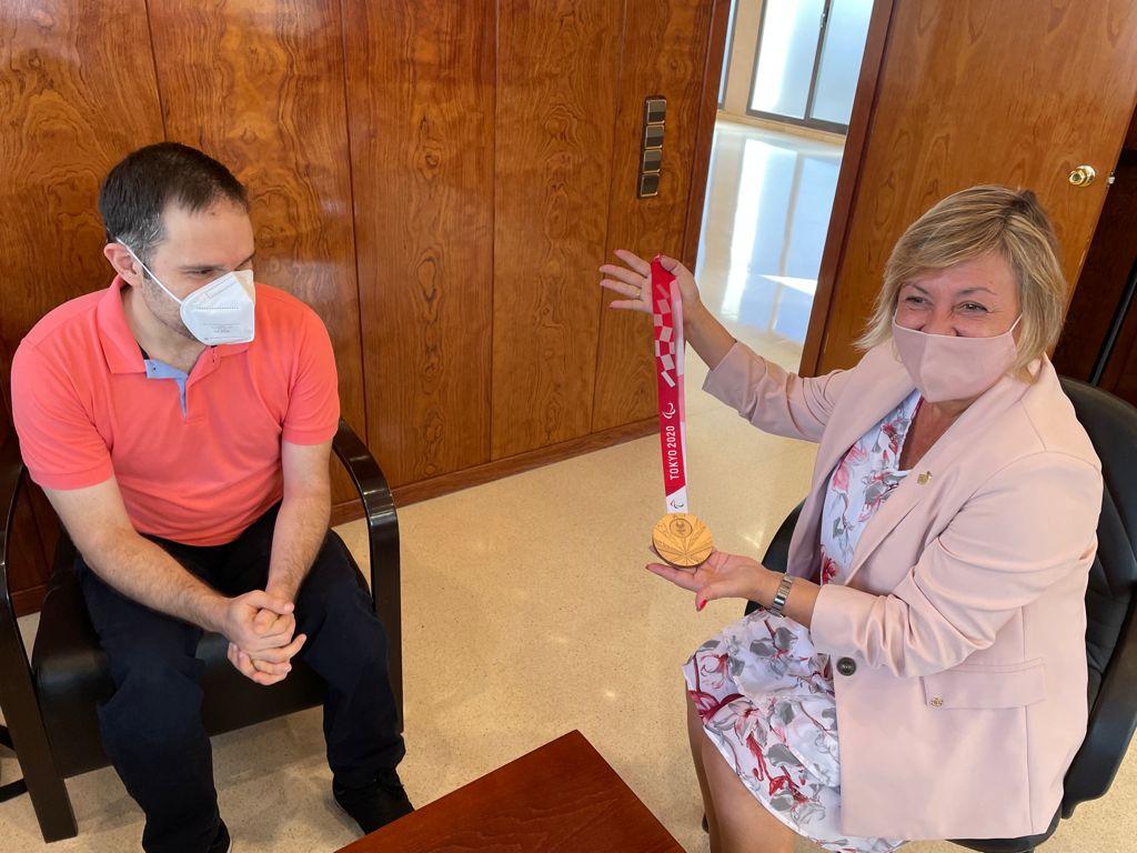 Imatge de la notícia: L'alcaldessa de Sant Andreu de la Barca trasllada la felicitació de la ciutat al medallista Jordi Morales